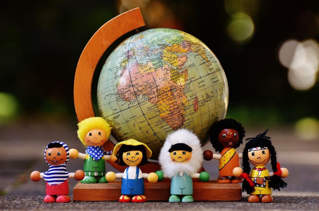 地球儀とさまざまな国籍