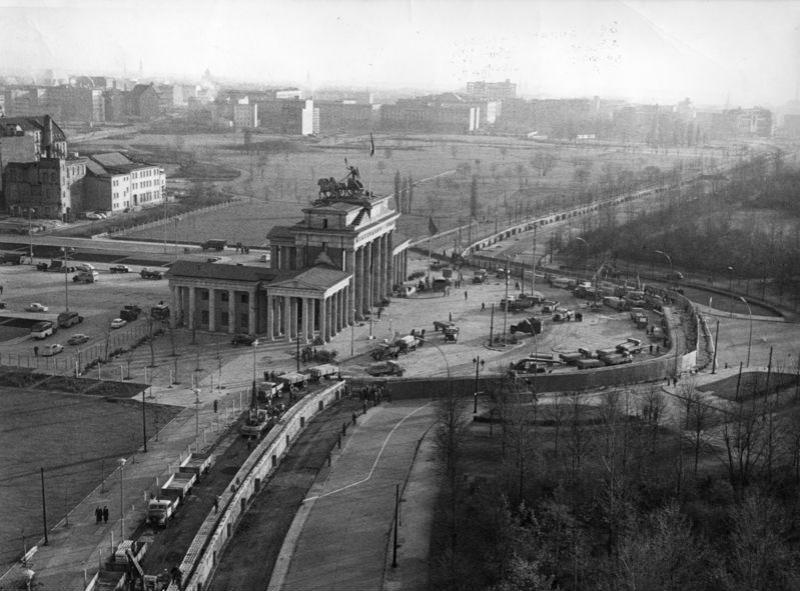 壁の前のブランデンブルク門。左側が東側で右側が西側である。(1961年)via Wikimedia Commons (CC BY-SA 3.0)